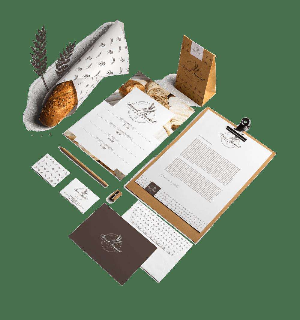 Logo- und Corporatedesign erstellen lassen: Klassische Werbemittel wie Briefpapier, Visitenkarten und Rechnungsvorlage für eine Bäckerei sind zu sehen. Libnks sieht man ein Brot, in Papier eingewickelt, welches bedruckt wurde